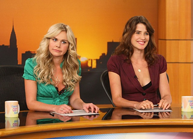 Cobie Smulders e Laura Bell Bundy in un momento dell'episodio Baby Talk di How I Met Your Mother