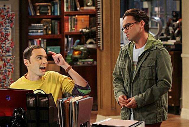 Johnny Galecki e Jim Parsons in un momento dell'episodio The Irish Pub Formulation di The Big Bang Theory