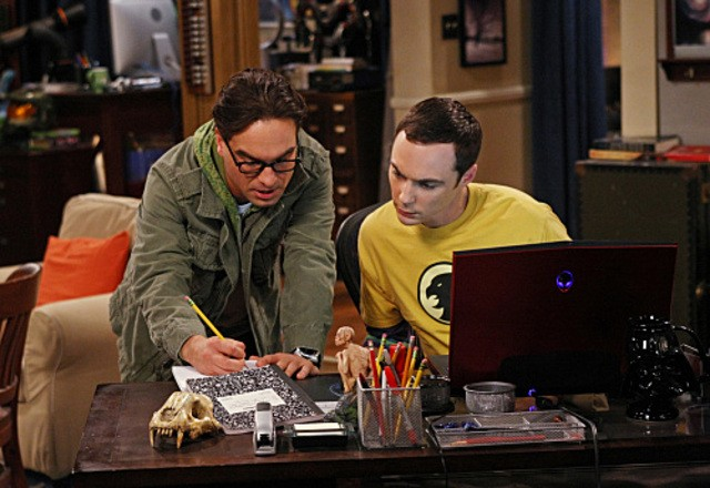 Johnny Galecki e Jim Parsons in una scena dell'episodio The Irish Pub Formulation di The Big Bang Theory