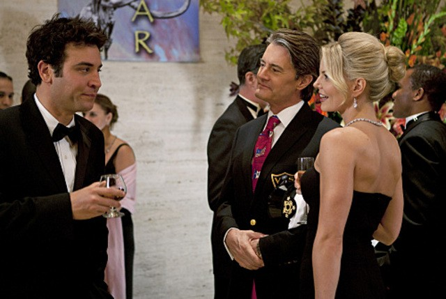 Josh Radnor con le guest star Kyle MacLachlan e Jennifer Morrison nell'episodio Natural History di How I Met Your Mother