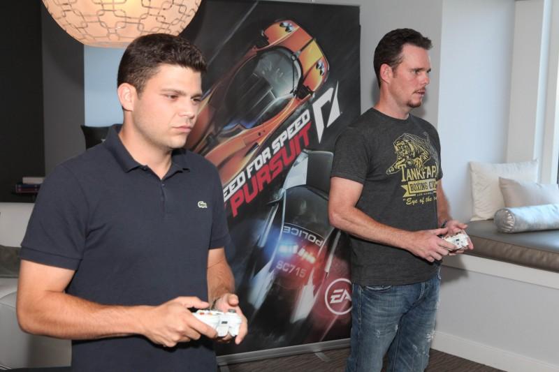 Kevin Dillon insieme a Jerry Ferrara in un momento di pausa sul set giocano a un video game