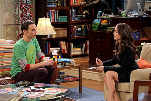 La guest star Eliza Dushku e Jim Parsons in una scena dell'episodio The Apology Insufficiency di The Big Bang Theory