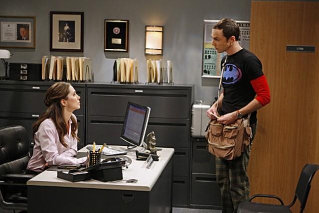 La guest star Eliza Dushku e Jim Parsons nell'episodio The Apology Insufficiency di The Big Bang Theory