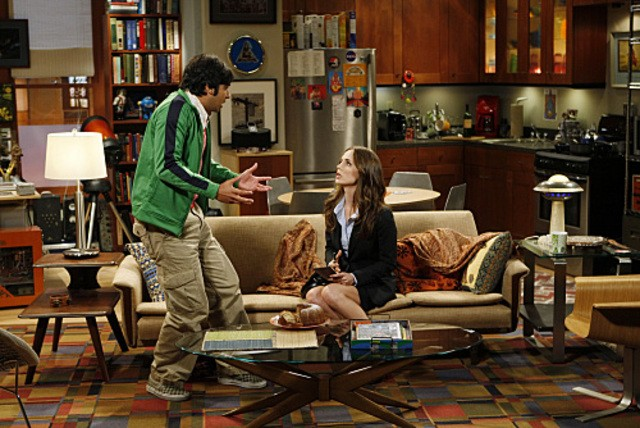 La guest star Eliza Dushku e Kunal Nayyar in una scena dell'episodio The Apology Insufficiency di The Big Bang Theory