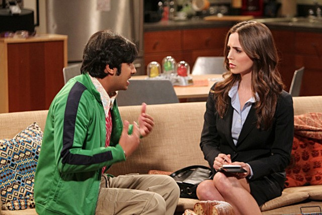 La guest star Eliza Dushku e Kunal Nayyar nell'episodio The Apology Insufficiency di The Big Bang Theory