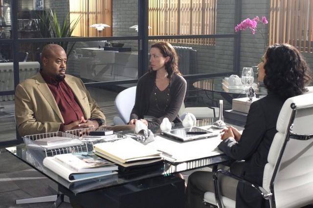 Chi McBride, Indira Varma con la guest star Molly Parker nell'episodio The Wife's Tale di Human Target