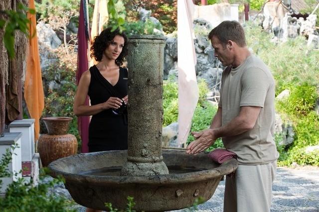Indira Varma e Mark Valley in una scena dell'episodio Ilsa Pucci di Human Target