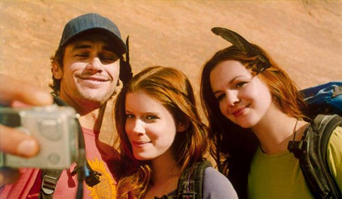 James Franco, Kate Mara ed Amber Tamblyn in una scena del film 127 Hours
