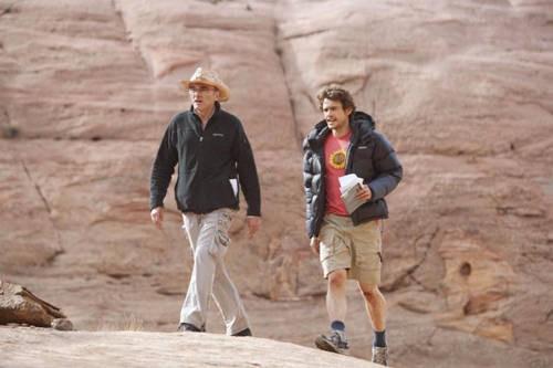 Un'immagine di James Franco e Danny Boyle durante le riprese del film 127 Hours