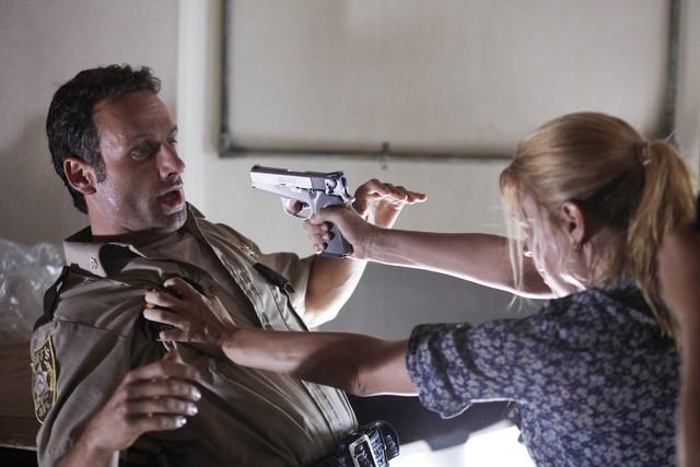 Andrew Lincoln e Laurie Holden nell'episodio Una via d'uscita di The Walking Dead