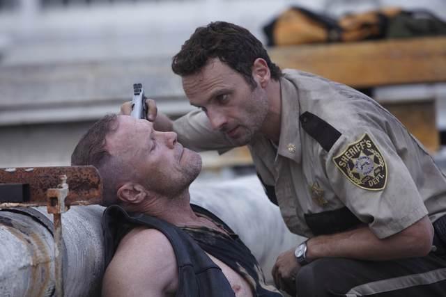 Andrew Lincoln e Michael Rooker nell'episodio Una via d'uscita di The Walking Dead