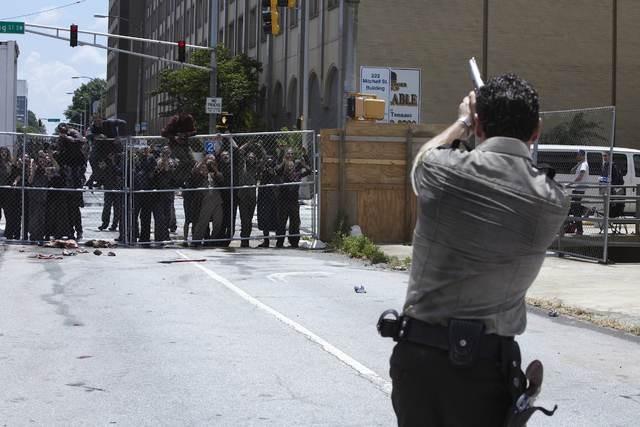 Andrew Lincoln in un momento dell'episodio Una via d'uscita di The Walking Dead