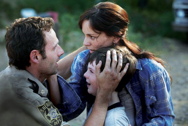 Chandler Riggs, Sarah Wayne Callies ed Andrew Lincoln nell'episodio Bentornato papà di The Walking Dead