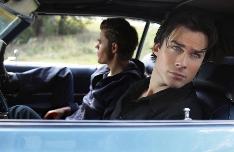 Damon (Ian Somerhalder) in auto col fratello Stefan (Paul Wesley) nell'episodio Rose di Vampire Diaries