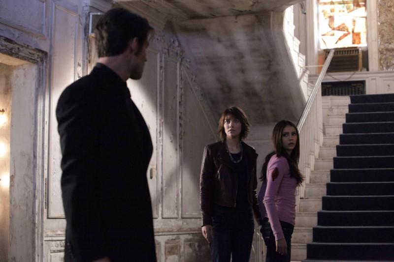 Daniel Gillies (di spalle) guarda Nina Dobrev e Lauren Cohan nell'episodio Rose di Vampire Diaries
