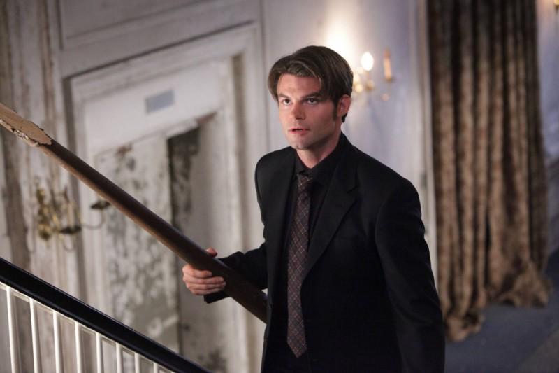 Elijah (Daniel Gillies) armato di paletto nell'episodio Rose di Vampire Diaries