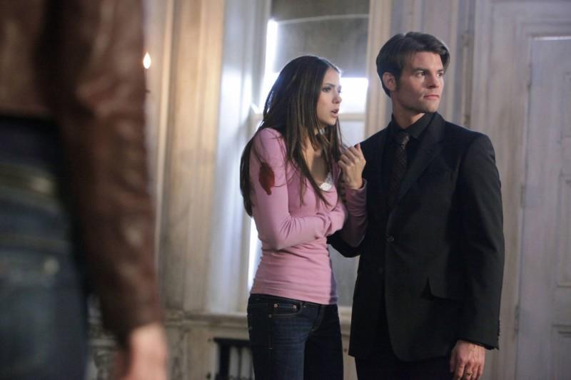 Elijah (Daniel Gillies) trattiene Elena (Nina Dobrev) nell'episodio Rose di Vampire Diaries