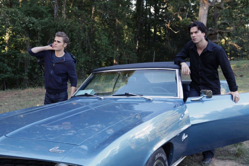 I fratelli Salvatore (Ian Somerhalder e Paul Wesley) in una scena dell'episodio Rose di Vampire Diaries