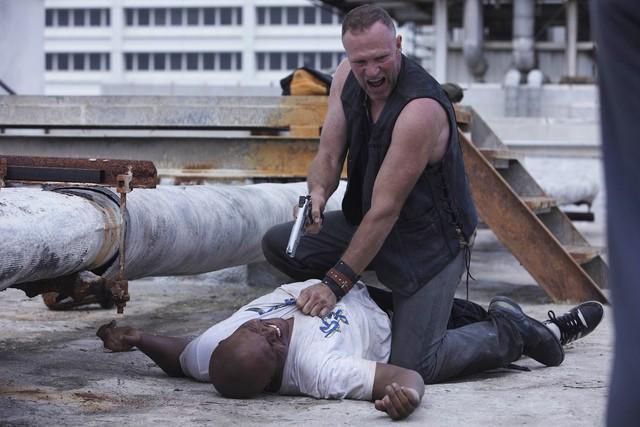 IronE Singleton e Michael Rooker nell'episodio Una via d'uscita di The Walking Dead