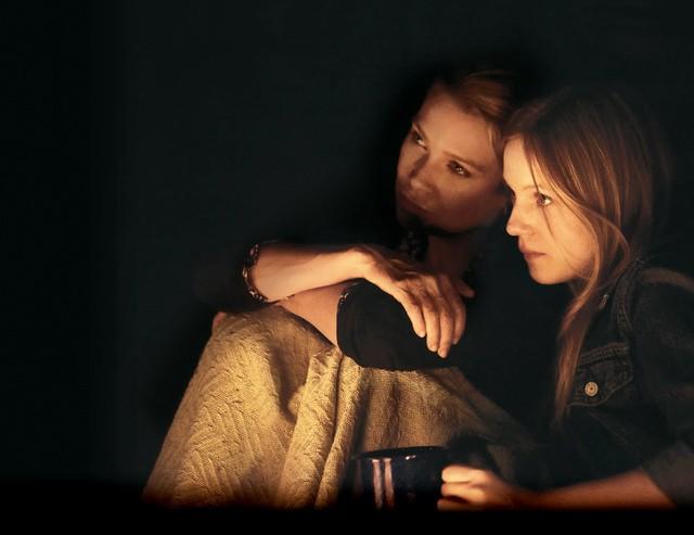 Laurie Holden ed Emma Bell nell'episodio Bentornato papà di The Walking Dead