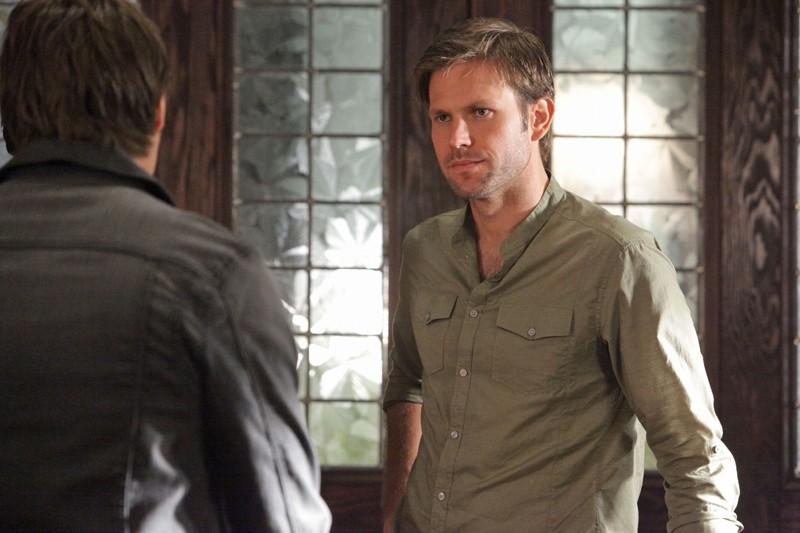 Matthew Davis parla con Steven R. McQueen (di spalle) nell'episodio Masquerade di Vampire Diaries