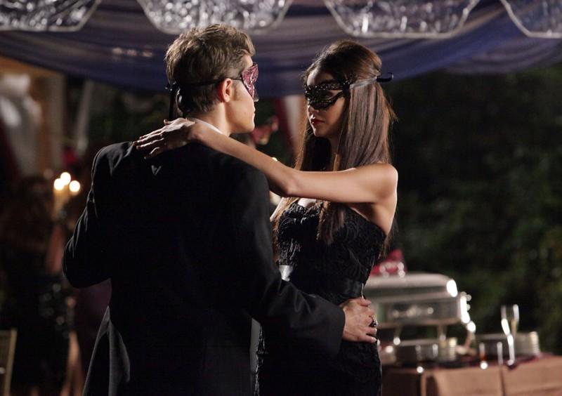 Nina Dobrev e Paul Wesley danzano assieme nell'episodio Masquerade di Vampire Diaries