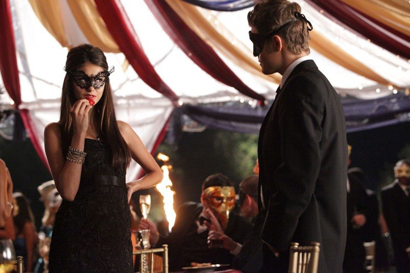 Nina Dobrev e Paul Wesley in una sequenza dell'episodio Masquerade di Vampire Diaries