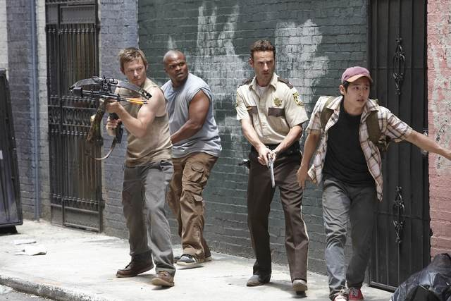 Norman Reedus, IronE Singleton, Steven Yeun ed Andrew Lincoln nell'episodio Bentornato papà di The Walking Dead