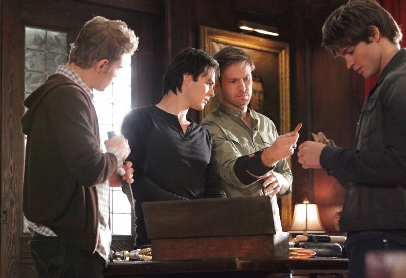 Paul Wesley, Ian Somerhalder, Matthew Davis e Steven R. McQueen nell'episodio Masquerade di Vampire Diaries