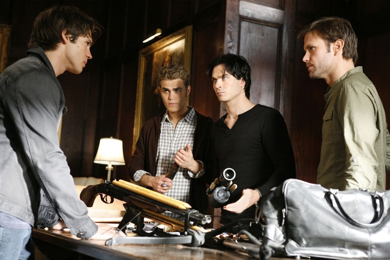 Paul Wesley, Ian Somerhalder, Matthew Davis guardano Steven R. McQueen in: Masquerade di Vampire Diaries