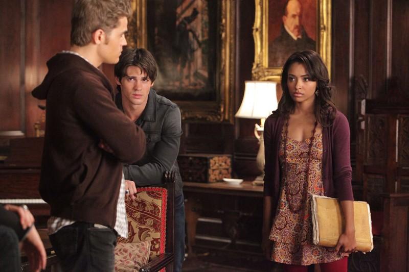 Paul Wesley, Steven R. McQueen e Katerina Graham nell'episodio Masquerade di Vampire Diaries