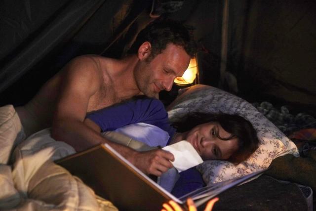 Sarah Wayne Callies ed Andrew Lincoln nell'episodio Bentornato papà di The Walking Dead
