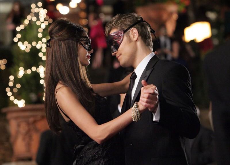 Stefan (Paul Wesley) danza con Katherine (Nina Dobrev) nell'episodio Masquerade di Vampire Diaries