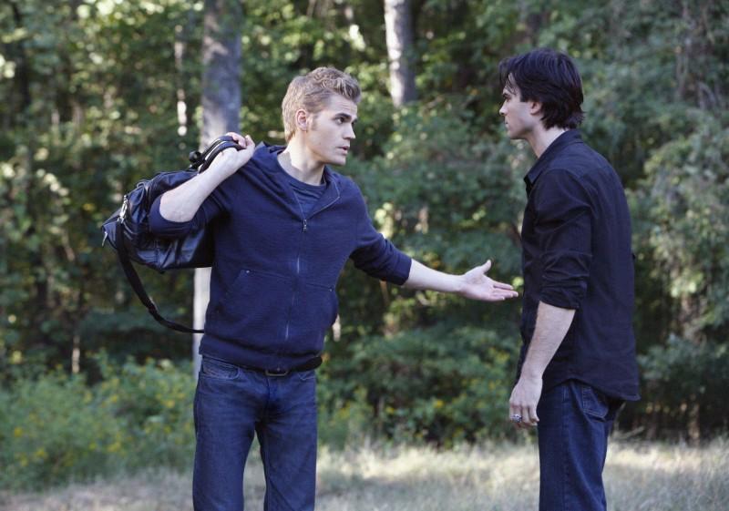 Stefan (Paul Wesley) discute col fratello Damon (Ian Somerhalder) in una scena dell'episodio Rose di Vampire Diaries