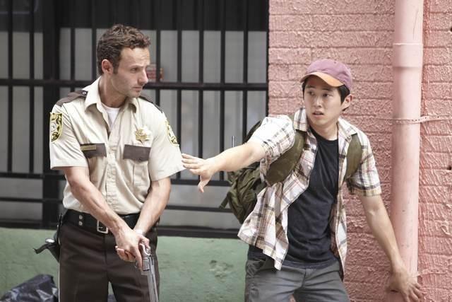Steven Yeun ed Andrew Lincoln nell'episodio Bentornato papà di The Walking Dead