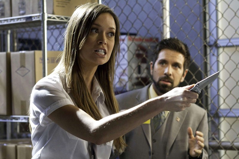 Summer Glau armata di coltello e Joshua Gomez nell'episodio Chuck Versus The Fear of Death