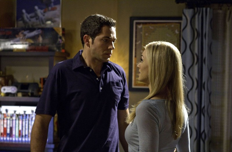Zachary Levi ascolta Yvonne Strahovski in una sequenza dell'episodio Chuck Versus The Fear of Death
