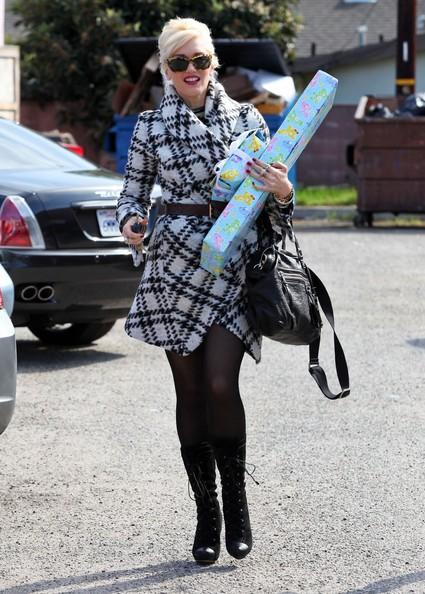 Gwen Stefani con alcuni regali per una festa di compleanno con amici a Culver City