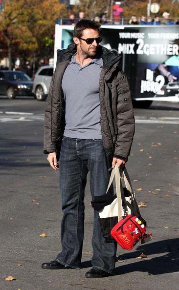 Hugh Jackman aspetta la figlia Ava da scuola a New York
