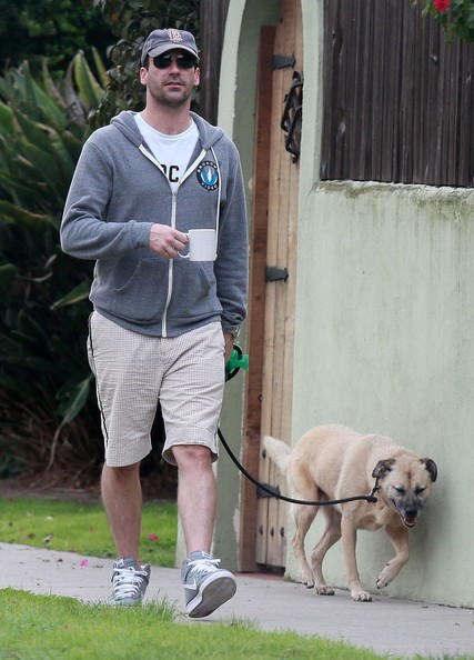 Jon Hamm con una tazza di caffè in mano porta fuori il cane a Los Angeles