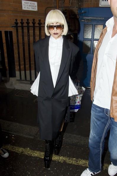 Lady Gaga esce dalla porta di servizio del suo hotel di Londra
