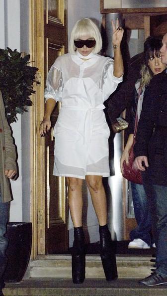Lady Gaga mentre lascia gli Abbey Studios assediata da una folla di fotografi