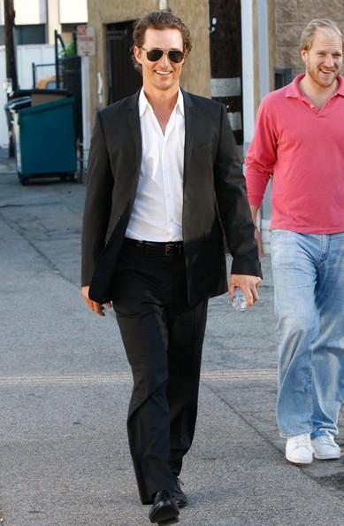 Matthew McConaughey con alcuni amici si dirige in un edificio in Santa Monica