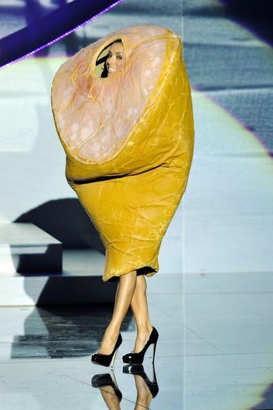 MTV Europe Music Awards 2010: Eva Longoria prende in giro Lady Gaga e sale sul palco travestita da prosciutto