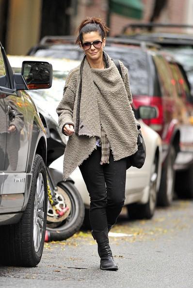 Sandra Bullock si fa strada uscendo dal suo appartamento nel West Village a New York