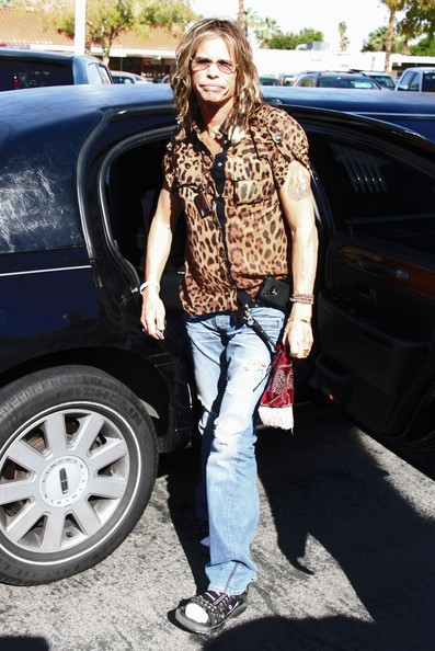 Steven Tyler lascia il centro di Betty Ford a Rancho Mirage