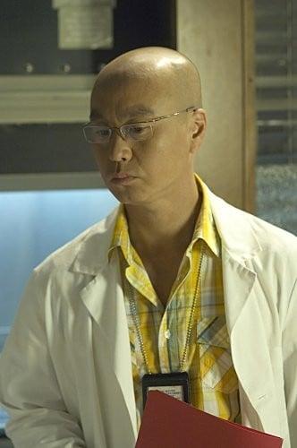 C.S. Lee in una scena dell'episodio Circle Us della quinta stagione di  Dexter