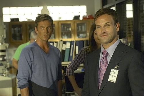 Desmond Harrington, Jennifer Carpenter e Jonny Lee Miller in una scena dell'episodio Circle Us della quinta stagione di  Dexter