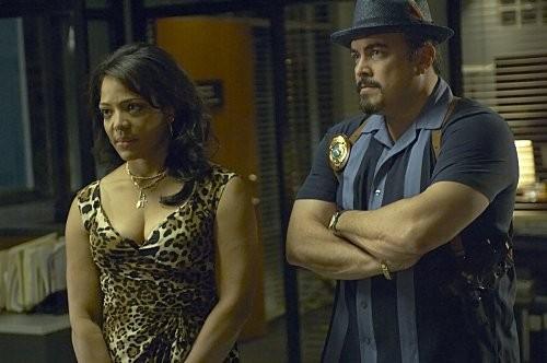 Lauren Velez e David Zayas in una scena dell'episodio Circle Us della quinta stagione di  Dexter