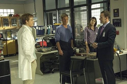 Michael C. Hall, Desmond Harrington, Jennifer Carpenter e Jonny Lee Miller in una scena dell'episodio Circle Us della quinta stagione di  Dexter